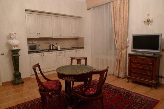 St. George Residence: Кухня в гостиной и столик