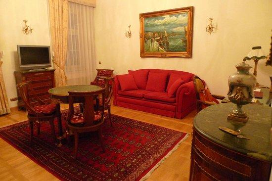 St. George Residence: Диванчик в гостиной