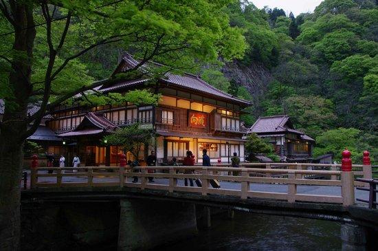 Mukaitaki: この橋を渡ると別世界の向瀧ワールドの玄関です