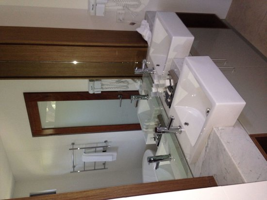 Aqua Resort Busselton: Bathroom in one of the rooms