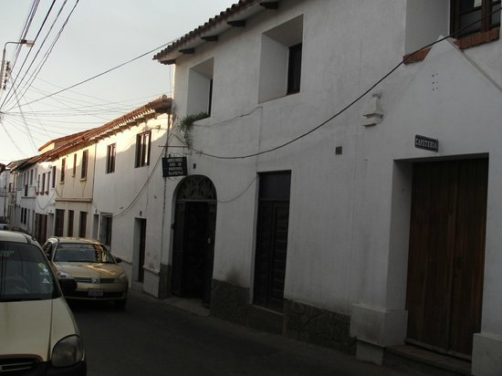 Wasi Masi Casa de Huespedes: Vista da rua e frente do Hotel