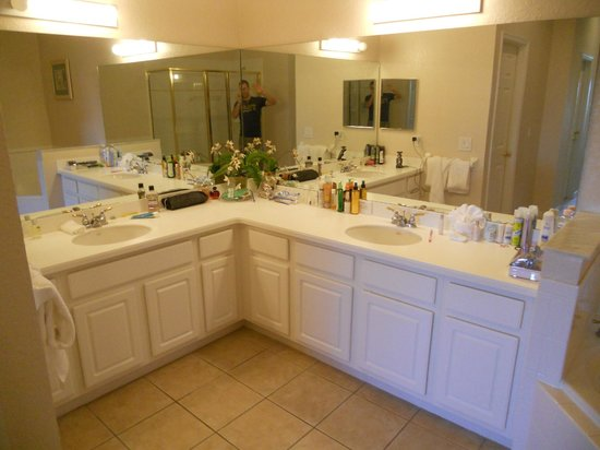Bahama Bay Resort Orlando by Wyndham Vacation Rentals: Master Bathroom (apologise for the mess and the idiot in the mirror - me!)