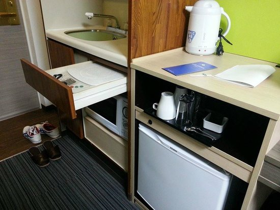 Hotel Mystays Ueno Inaricho: small room but theres electrical stove, fridge, kettle and even a microwave!