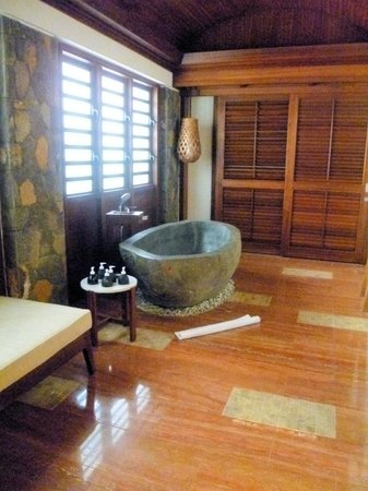 Angsana Balaclava Mauritius: Bathroom of beachfront suite with door to private pool