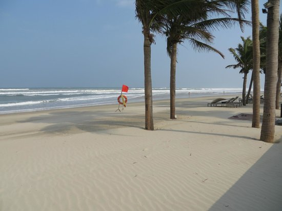Fusion Maia Da Nang : View along the beach