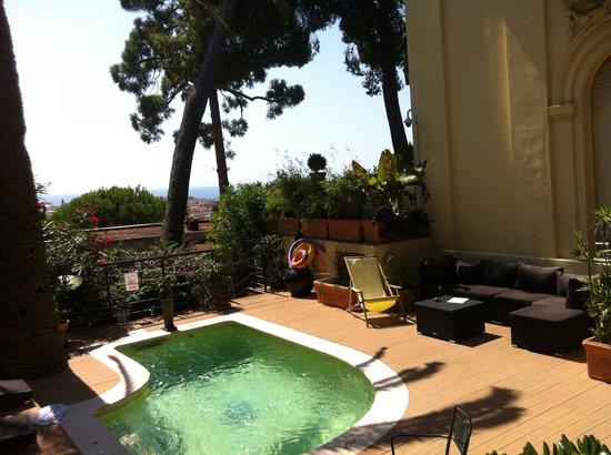 Hotel du Petit Palais : La jolie petite piscine chauffée balnéothérapie et sa vue