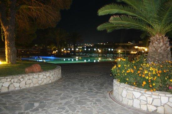 Aldemar Olympian Village: Бассейн вечером