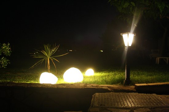 Aldemar Olympian Village: Территория вечером