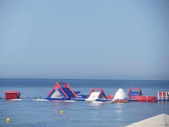 Sunny Dom Holiday Villa: Floating playground on the sea.
