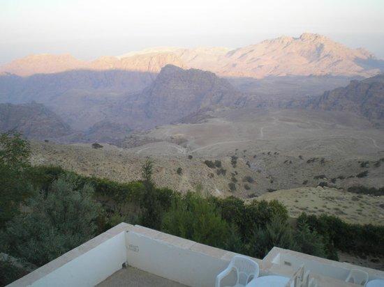Petra Panorama Hotel : Vue sur la vallée de la terrasse