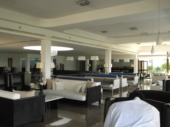 Almyra Hotel : Bar area, near reception..