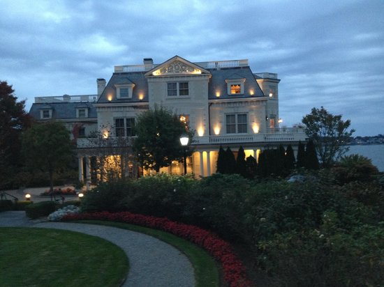 The Chanler at Cliff Walk: Dusk at entrance to Chanler