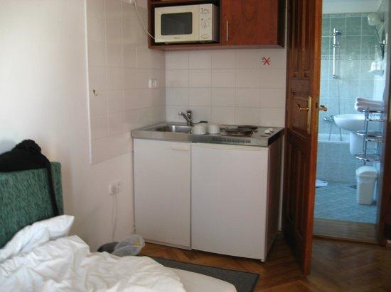 Hotel Pension Helios: Mini-kitchen