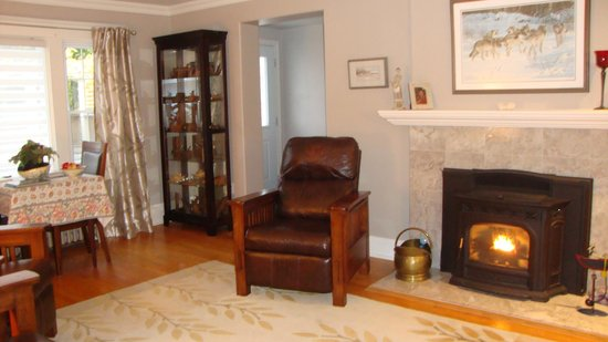 The Stella Rose B&B: welcoming fireplace in dining area