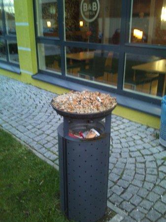 B&B Hotel Muenchen City-Nord: Aschenbecher im Eingangsbereich des Hotel