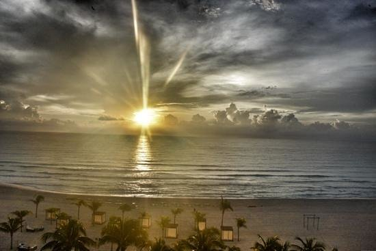Le Blanc Spa Resort: sunrise in Cancun from 6th floor ocean side -Le Blanc