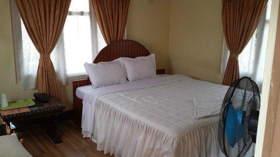 Hotel Melungtse: double bed in de luxe room