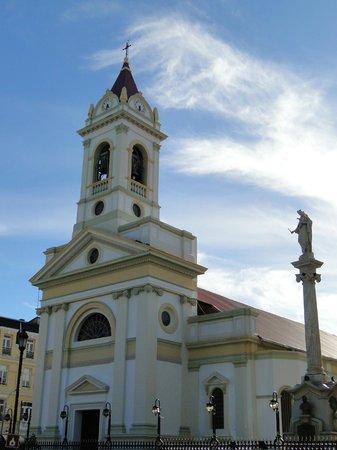 Plaza Munoz Gamero: Beautiful creamy yellow Cathedral