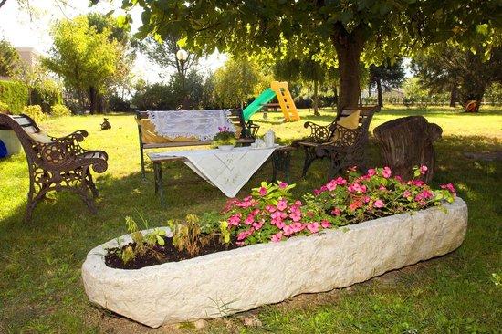 Anna Bed & Breakfast : In estate, colazione e relax in giardino