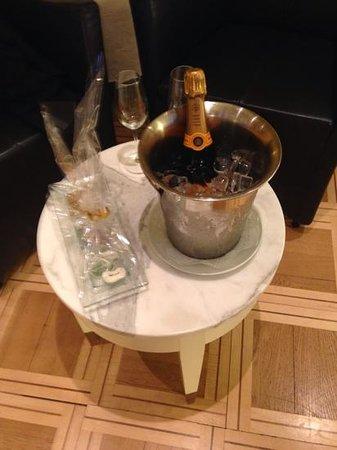 Hotel des Balances: champagne in suite
