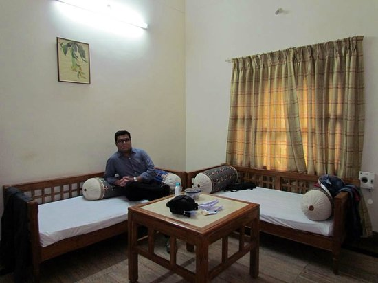 Taramati Baradari: the living room of the suite