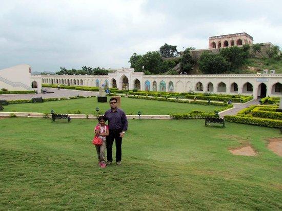 Taramati Baradari: the lawn of the resort