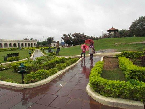 Taramati Baradari: the garden of the resort