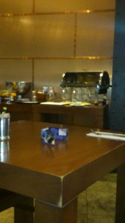 Heywood House Hotel : The empty jugs and bread bin