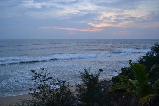 Varkala SeaShore Beach Resort: The beach at dusk