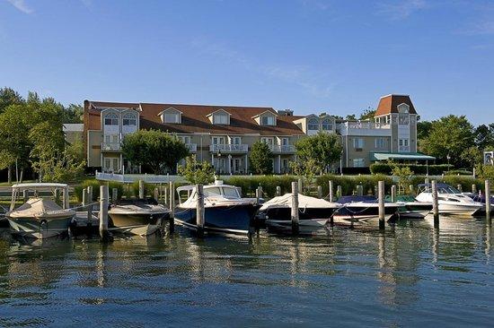 Sag Harbor Inn: Hotel from Harbor Side