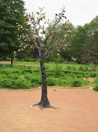 Salgirka City Park: Кованая яблоня.