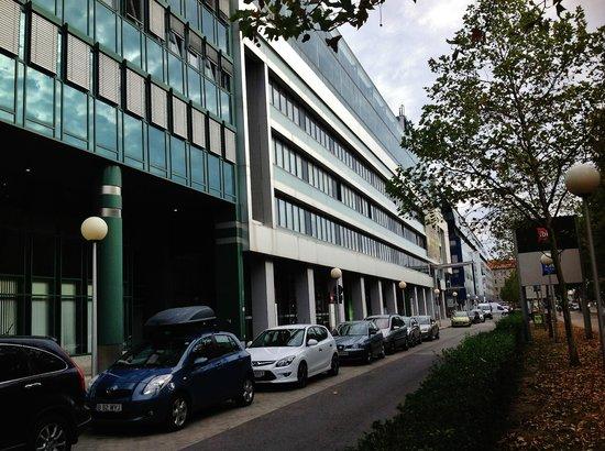 Hotel Ibis Wien Messe: Esta é a rua do Ibes