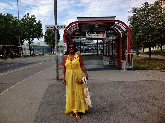 Hotel Ibis Wien Messe: Esta é a estação do metro, bem próximo.