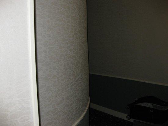 The Lodge du Centre Hotel: Camera 201 ricavata intorno alla tromba delle scale