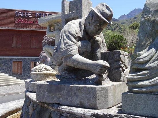 Road to Cilaos: Cilaos statue