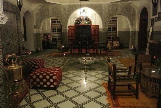 Riad Almoulouk: Innenhof am Abend