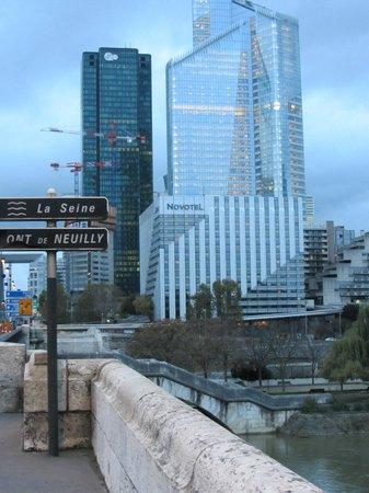 Novotel Paris La Defense: le novotel, en bord de Seine et entouré de hauts buildings