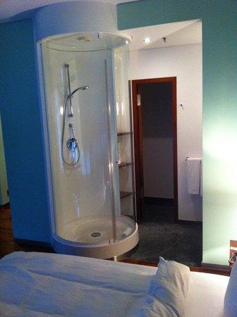 Innside by Meliá Frankfurt Eurotheum: Shower in living room