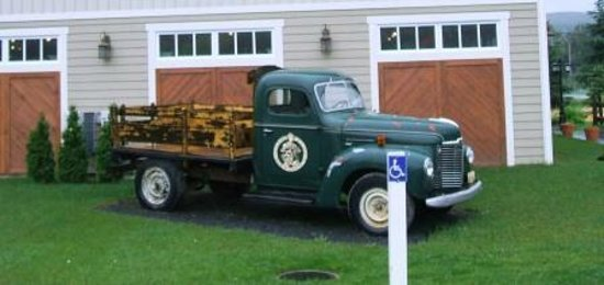 La Grange Morin Heights : The yesteryear truck that welcomes you coming from the parking