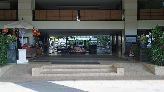 Deevana Plaza Phuket Patong: The lobby
