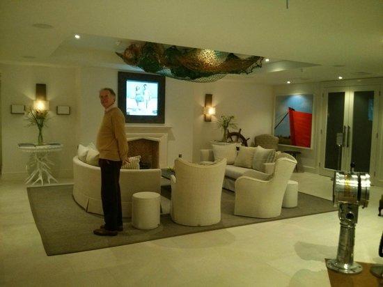 Salcombe Harbour Hotel & Spa: Public sitting area