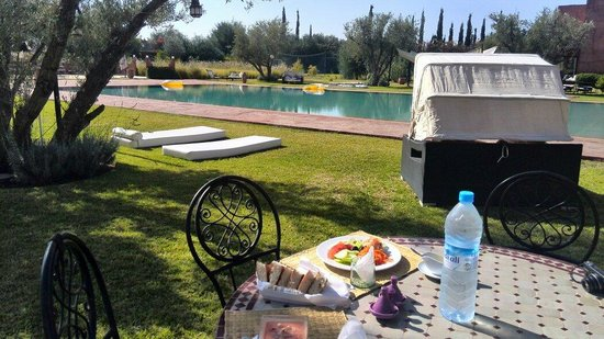 Les Jardins de Zyriab Resort & Spa: Déjeuner autour de la piscine.