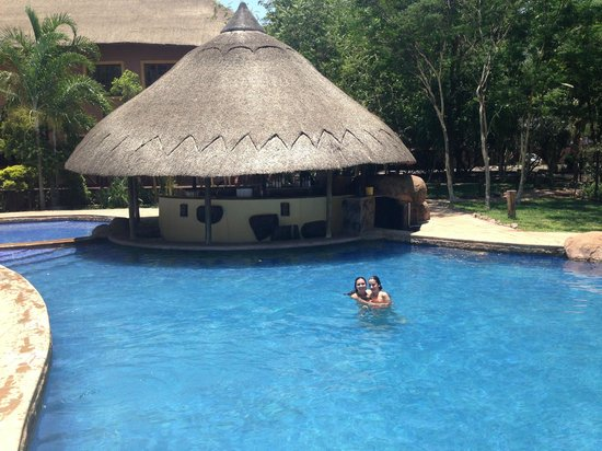 Chobe Marina Lodge : bar and pool