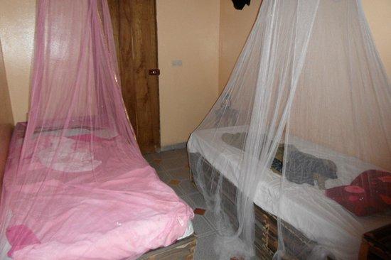 Maye Meye Fair Travel Guesthouse: Een van de slaapkamers, eigen badkamer met wc en douche