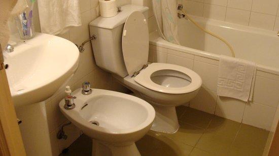Bagno privato con bidet e vasca camera n 12 foto di hostal greco madrid madrid tripadvisor - Ostelli londra con bagno privato ...