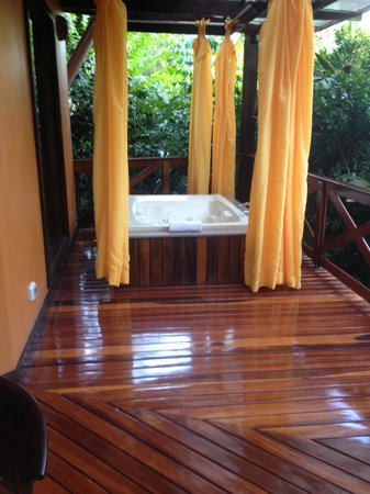 Nayara Resort Spa & Gardens: Private jacuzzi on our balcony