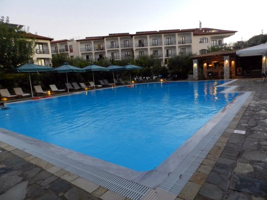 Hotel Europa Olympia : panorama della piscina e dell'hotel