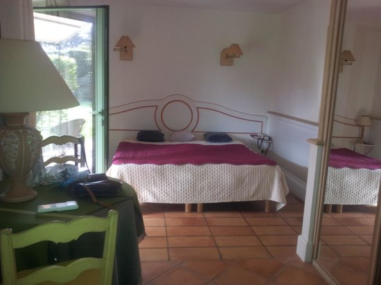 Mas de Bouvau: grand lit piece agreable et spacieuse tres propre