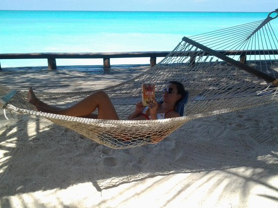 Mnarani Beach Cottages: relaxing in a hammock