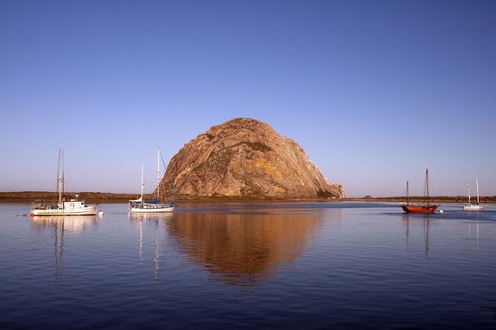 Pleasant Inn: Morro Rock from the embarcadero, early morning
